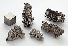 Bismuth_crystals_and_1cm3_cube